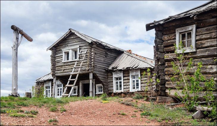 Voici ce qui représente le type de logements le plus traditionnel des zones rurales de ce grand pays. C'est un assemblage fait de troncs non équarris, généralement encore couverts de leur écorce. Localisez le pays où ces maisons étaient construites à la main avec des outils de sorte que le bois s'emboîtât sans clou. On remplissait les espaces vides entre les billes avec de l'argile.