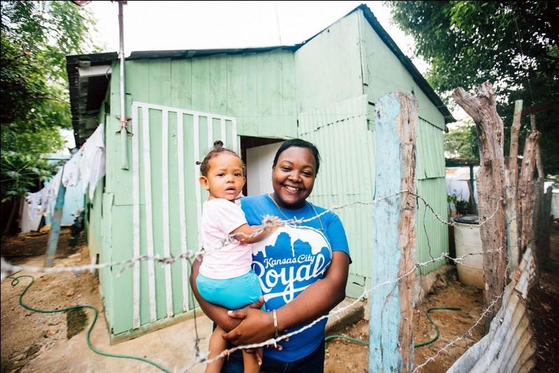 Les maisons sont souvent peintes de couleurs gaies, ce qui donne vie au quartier. Beaucoup d'habitants vivent encore dans des ''bateys'' ou petites maisons pour ouvriers d'usines, abandonnées, maintenant sans service. Nommez ce pays où en raison des ouragans et tempêtes, les maisons sont bâties de béton et de bois.