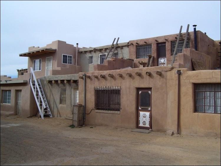 L'endroit est situé sur une mesa. C'est un site historique dans cet État où les habitants vivaient depuis 2 000 ans. Ils ont commencé à construire des maisons accessibles en échelle, en briques d'adobe, au XVIIe siècle. La raison de cette architecture est d'avantager la position défensive contre les ''raiders''.Trouvez l'endroit où, aujourd'hui, 300 maisons en briques crues existent ?