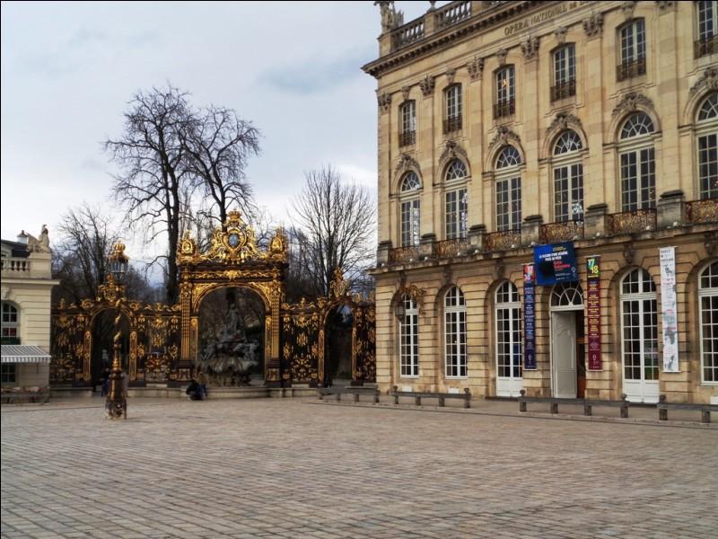 Cette place est certainement l'une des plus élégantes et des plus remarquables de France sur le plan architectural. Dans quelle ville sommes-nous ?