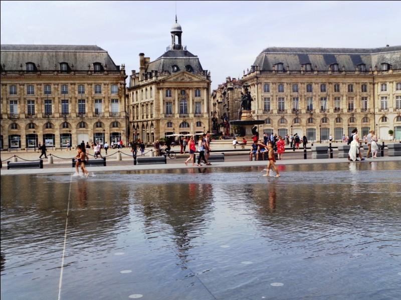 Nous voici à Bordeaux. Quel nom porte cette place ?