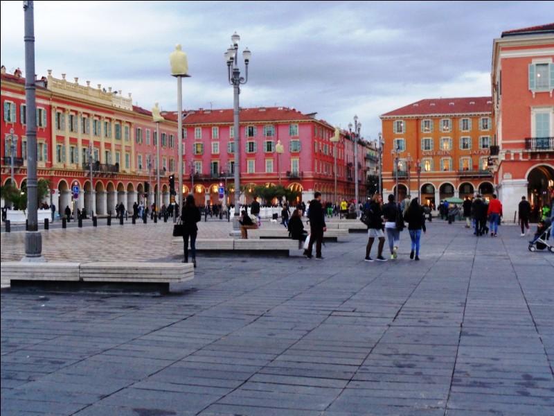 Dernière escale française à Nice. Quelle est cette place, la plus célèbre de la ville ?