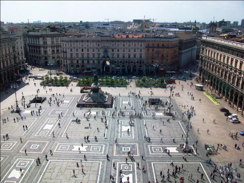Nous voici en Italie, sur la Piazza del Duomo qui donne sur la galerie Victor Emmanuel II et ses boutiques de luxe. Cette photo est prise du toit d'une célèbre cathédrale couverte de statues. Quelle est cette ville ?