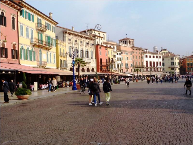 Toujours en Italie, la Piazza Bra est réputée pour ses arènes. Dans quelle ville sommes-nous ?