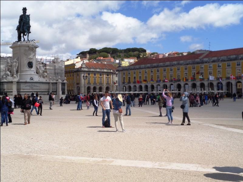 Voici, en photo, la place du Commerce. De quelle capitale européenne est-elle la place principale ?