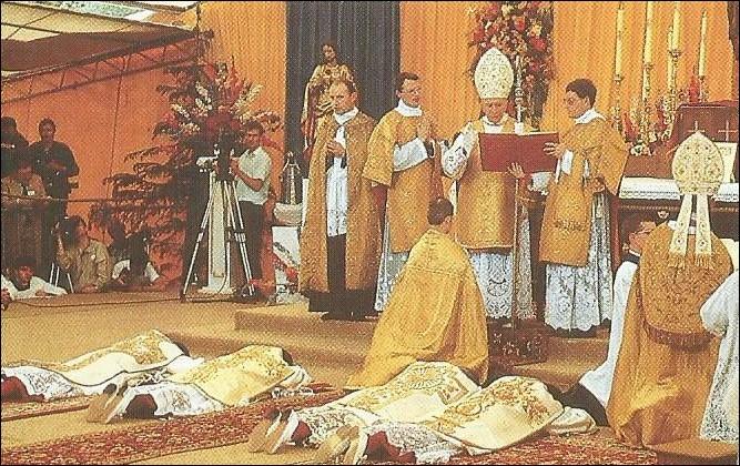 Qui est excommunié pour avoir consacré quatre évêques à Écône ?
