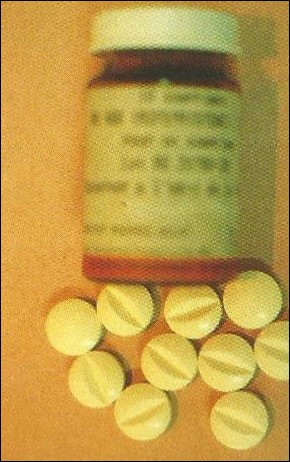 En octobre, éclate l'affaire de la pilule abortive. Quel était le nom de cette pilule de la firme Roussel-Uclaf ?