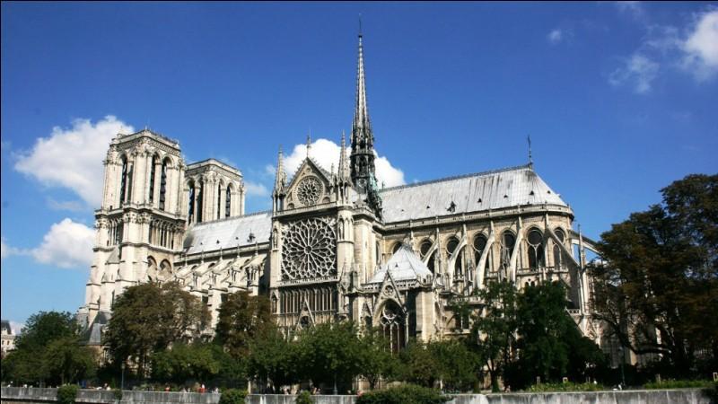 Que contenait le coq situé au sommet de la flèche de la cathédrale Notre-Dame de Paris avant l'incendie du 15 avril 2019 ?