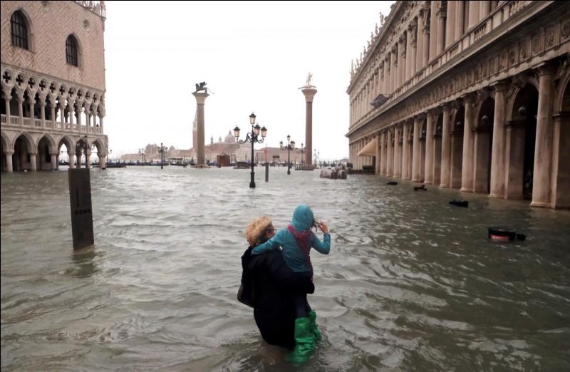 """Quelle actrice interprète le rôle d'une touriste américaine célibataire dans le film """"Vacances à Venise"""" ?"""