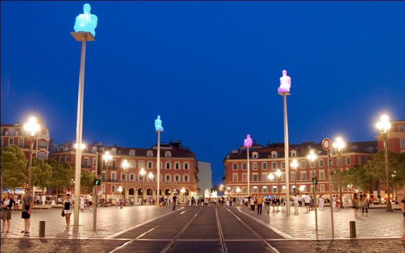 Dans quelle ville française pourrez-vous flâner sur la place Masséna ?