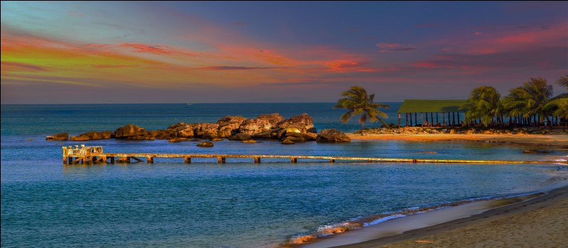 Quelle île des Antilles est située entre la Guadeloupe et la Martinique ?