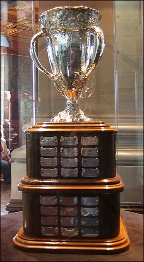 Quel est ce trophée ? Il est remis à la meilleure recrue. Son nom provient du premier président de la LNH.