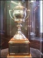 Quel est ce trophée ? Il est remis au joueur au meilleur esprit sportif. Son nom provient de l'épouse du gouverneur général du Canada éponyme.