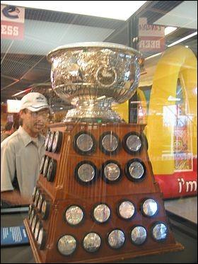 """Quel est ce trophée remis au champion compteur dont le nom provient du premier entraîneur des """"Bruins de Boston"""" ?"""