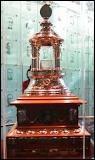 """Quel est ce trophée ? Il est remis au meilleur gardien. Son nom provient du premier gardien de but du """"Canadien de Montréal""""."""