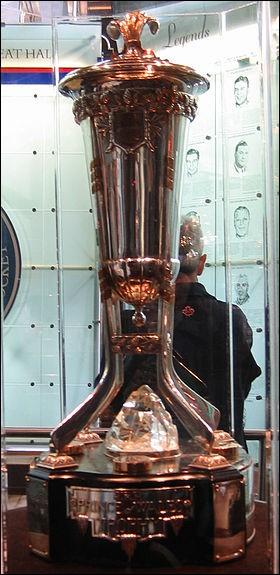 Quel est ce trophée qui est actuellement remis à l'équipe championne de la division est ? (En 1924, il fut remis au champion compteur et changea de fonction maintes fois depuis.)