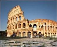 Il y eut des bibliothèques publiques avant le 19e siècle. Mais bien peu. Combien de bibliothèques, environ, la ville de Rome comptait-elle sous l'Empire ?
