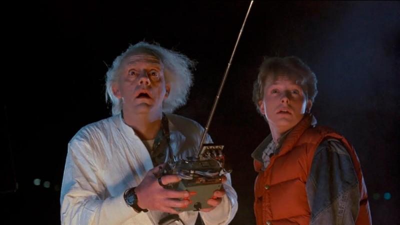 """Dans """"Retour vers le futur"""", que dessine Doc après être tombé des toilettes ?"""