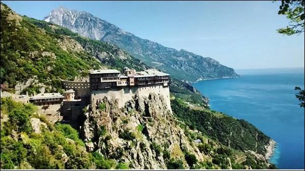 Commençons par le plus connu, en Grèce. Ici, 3 000 moines sont dévoués à la Vierge, mais interdisent la venue des femmes. Où est-ce donc ?