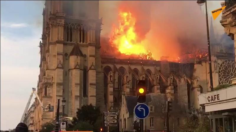 Aujourd'hui détruite par le dramatique incendie qui a sévi, combien mesurait la flèche de Notre-Dame ?