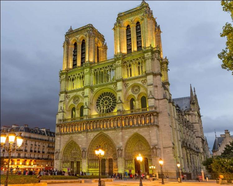 En 1163, sous l'impulsion de qui cette cathédrale a-t-elle été construite ?