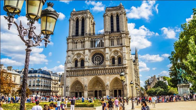 """Quel écrivain, à qui l'on doit """"L'Encyclopédie"""", avait été abandonné par sa mère sur le parvis du baptistère de Notre-Dame, nommé Saint-Jean-le-Rond ?"""