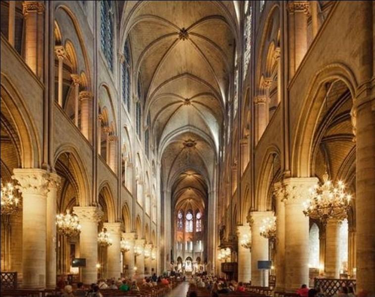 Combien la cathédrale de Notre-Dame de Paris, pouvait-elle recevoir de personnes ?