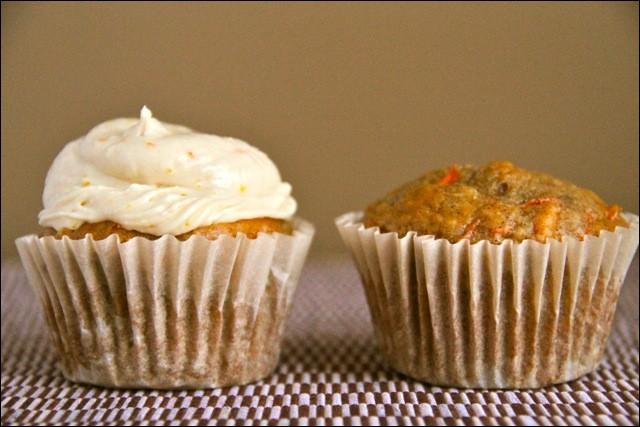 Voici deux gâteaux traditionnellement présentés dans des petits moules en forme de tasse. Parmi ces deux gâteaux, lesquels sont des emblèmes culinaires de l'Angleterre ?