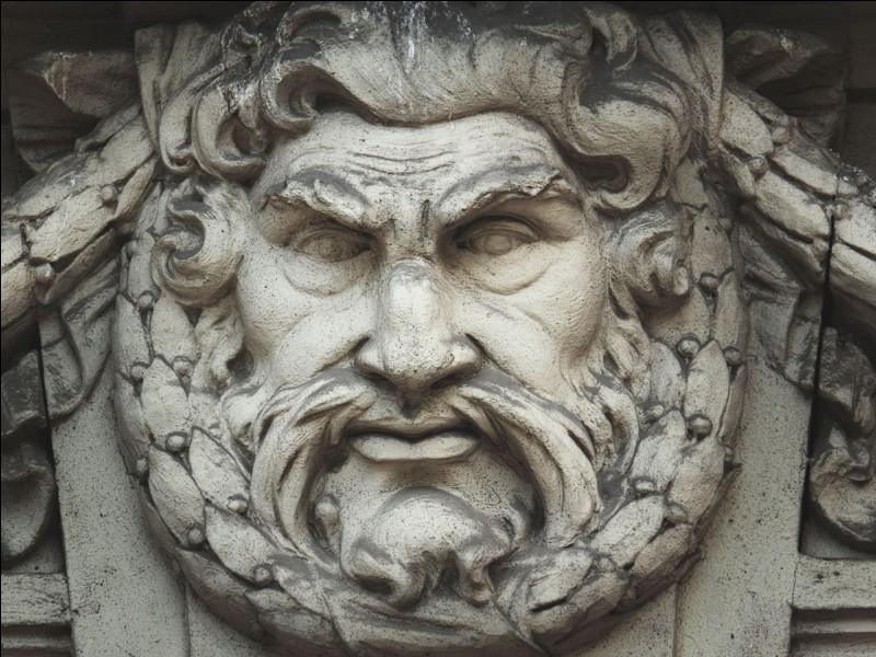Que tient Zeus dans sa main ?