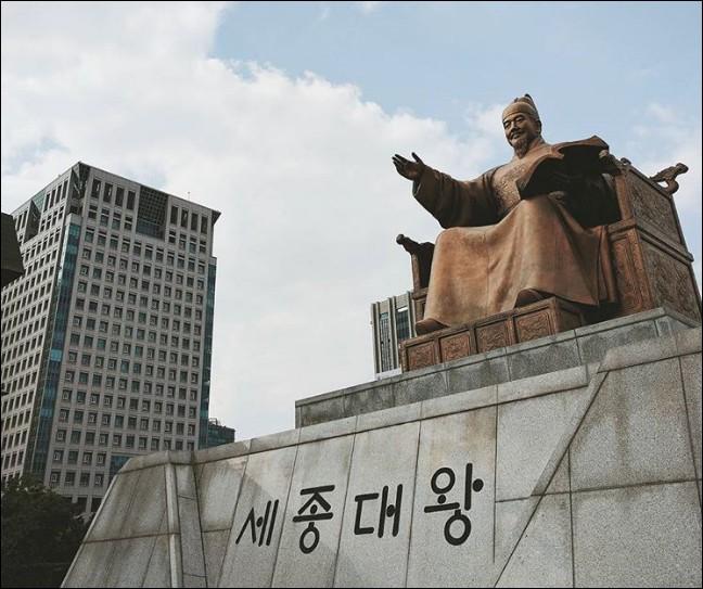 """Tous les 9 octobre, les Coréens fêtent... leur alphabet ! Le """"hangeul"""" est né au XVe s. pour mettre à la portée de tous l'écriture et la lecture. C'est très simple, il suffit d'apprendre... (Complétez !)"""