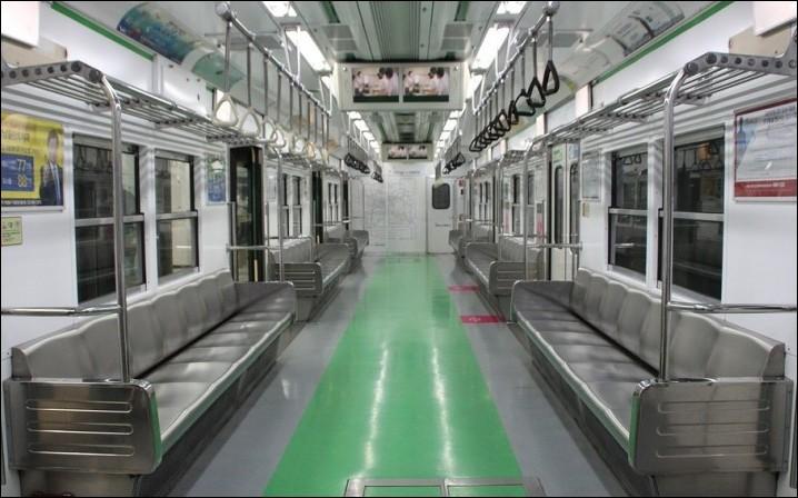 Métro de Séoul, un vendredi ordinaire, vers 19 h... Mais que se passe-t-il ? Où sont-ils tous donc ?
