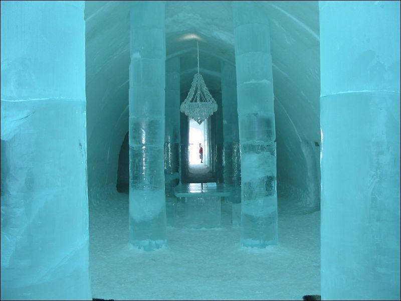 Où peut-on passer la nuit dans un hôtel de glace à Jukkasjärvi ?