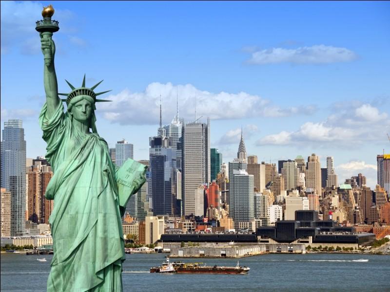 Avant d'être offerte aux Américains, dans quelle ville la statue de la Liberté fut-elle construite ?
