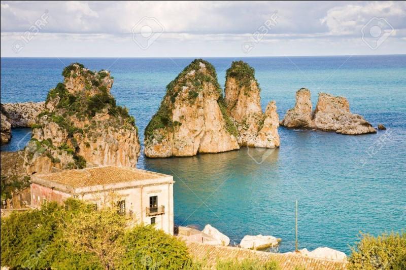 Les Faraglioni di Capri se trouvent au large de l'île de Capri, appartenant à ....