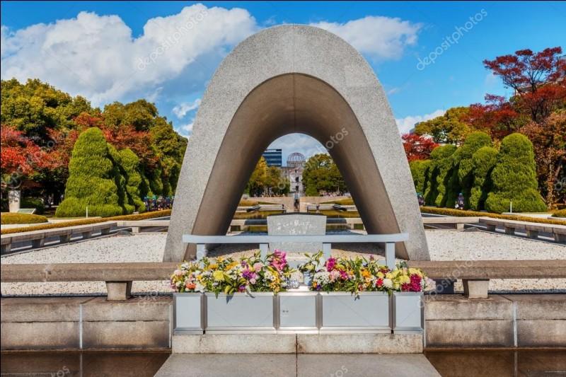 Dans quelle ville du Japon se situe ce parc du Mémorial de la Paix, le premier ayant subi une attaque nucléaire ?