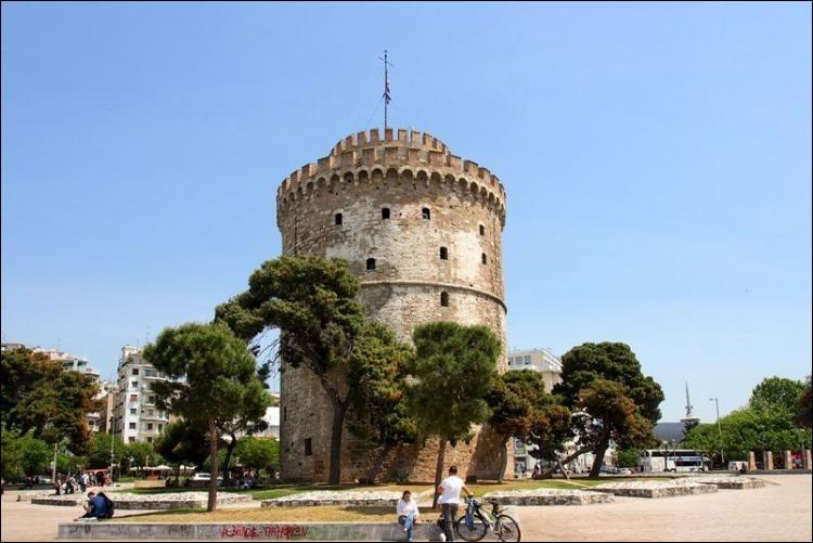 Dans quelle ville qui est la deuxième plus grande de Grèce, peut-on visiter le monument et le musée de la Tour blanche ?