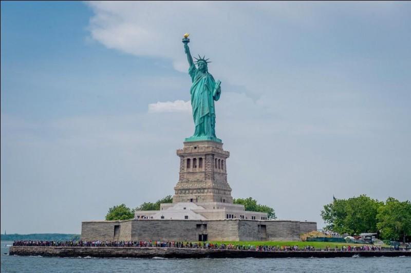 """Qui est l'auteur de """"La Statue de la Liberté"""" érigée à New York ?"""
