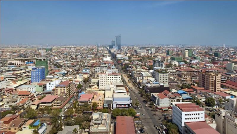 Sa capitale est Phnom Penh, c'est ...
