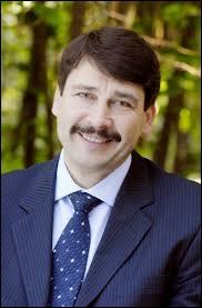Qui est le président de la République hongroise aui réside au Palais Sàndor à Budapest ?