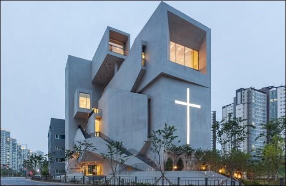 Voici qui nous change un peu du style roman saintongeais ! Mais la question n'est pas là : que font de très spécifiques les églises coréennes, qu'elles soient catholiques, évangéliques, baptistes ou autres ?