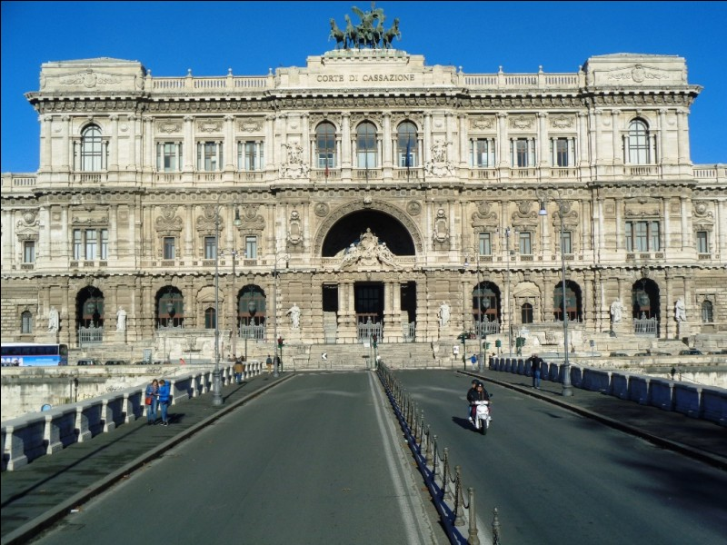 De quel pouvoir cet impressionnant édifice est-il le siège ?