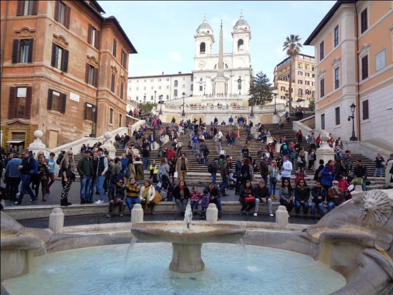 Quelle est cette place, l'une des plus célèbre de Rome, avec sa fontaine et ses fameuses marches menant à l'église de la Sainte-Trinité-des-Monts ?
