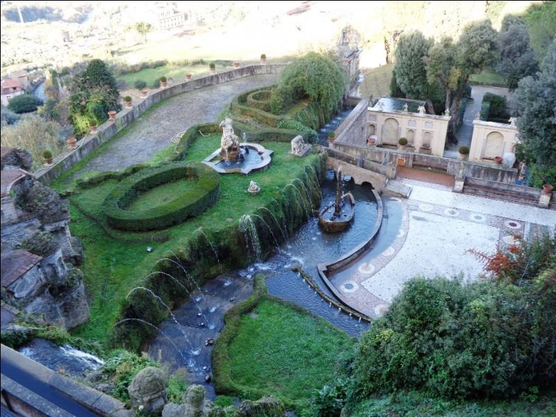 Enfin, quelle est cette petite ville, située à une trentaine de kilomètres à l'est de Rome, sur les premiers contreforts des Apennins, abritant notamment la villa d'Este, de style renaissance, et les ruines de la villa de l'Empereur Hadrien ?