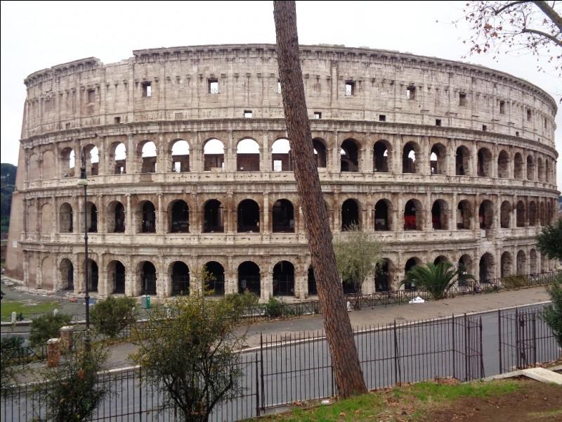 Voici sans doute le plus célèbre monument romain : le Colisée. Quel était son nom sous l'Empire Romain ?