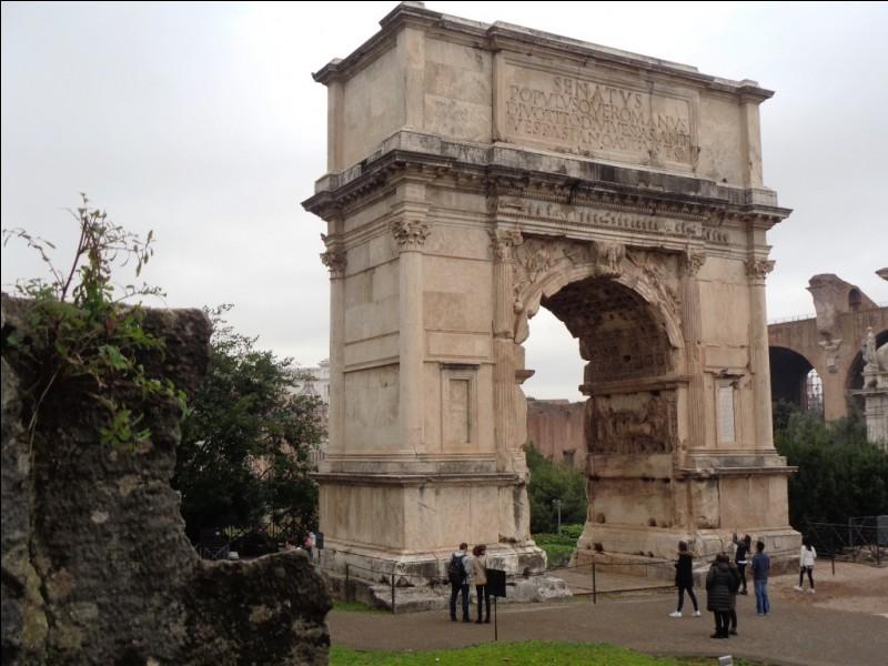 Juste à côté du Colisée, se trouve cet arc de triomphe. À quel Empereur était-il dédié ?