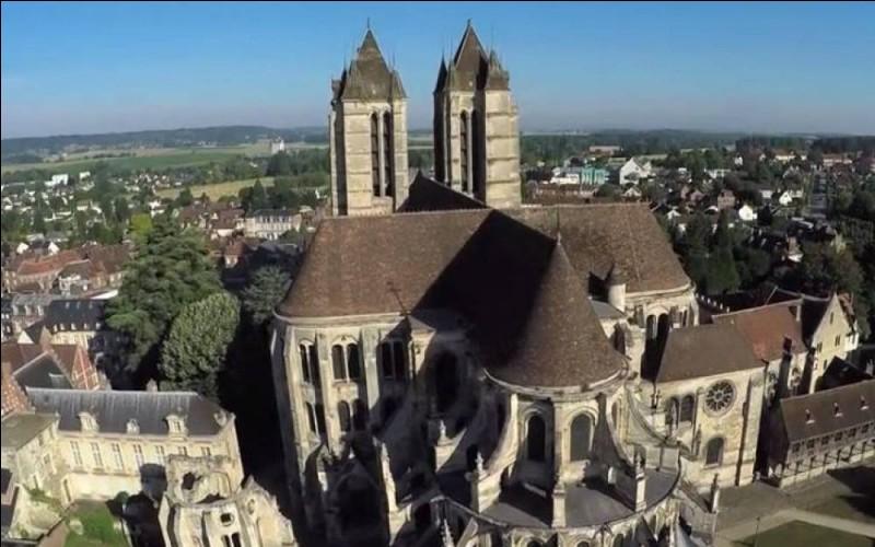 Cette cathédrale picarde, construite à partir de 1145, remarquable par son élévation à quatre niveaux, est l'un des premiers édifices gothiques. Elle se trouve à ...