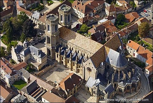Aux confins de la Bourgogne et de la Champagne, sur la butte où se situe la ville fortifiée, les tours de cette cathédrale dominent les environs. Nous sommes à ...