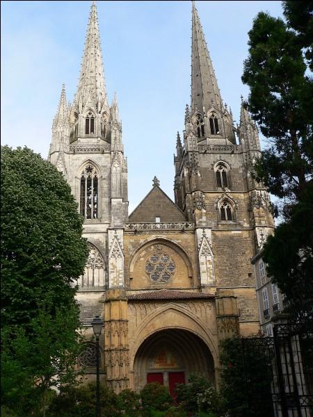 Cette cathédrale construite aux XIIIe et XIVe siècle se trouve au coeur de la ville, sur une butte dominant la Nive et l'Adour. C'est à ...