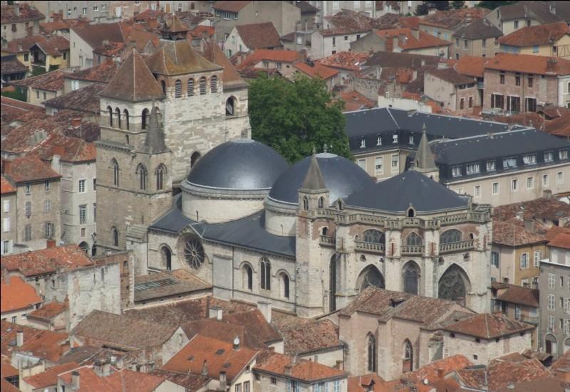 Cette cathédrale Saint-Etienne, construite en style roman, transformée dans le style ogival, se caractérise par ses coupoles édifiées au XIIe siècle et son massif occidental autour de 1300. Nous sommes dans le sud-ouest à .....