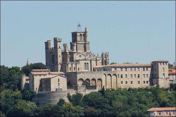 Cette cathédrale Saint-Nazaire, construite au XIIIe siècle dans le style gothique et en forme de croix grecque, est édifiée dans la partie ouest de l'ancienne ville médiévale, sur une éminence qui domine la vallée de l'Orb. C'est à ...